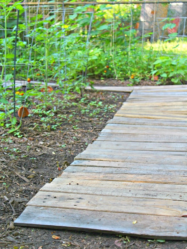 Easy Upcycled Diy Wood Pallet Garden Walkway The Homespun Hydrangea